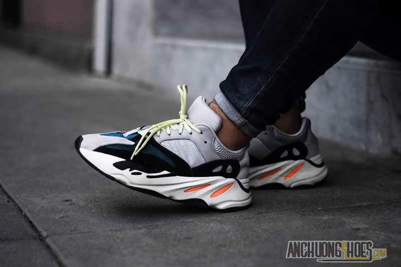 ffa2c6ae7a177 Hai bên má giày Adidas Yeezy Wave Runner 700 và phân gót phần lưởi gà được  sử dụng chất liệu phản quang. Điều này giúp bạn luôn nỗi bật trong những  ánh ...